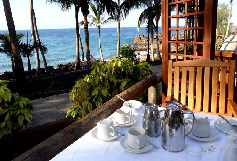 El desayuno y la cena en la terraza del hotel Los Fariones de Puerto del Carmen (Lanzarote)