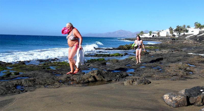 Turistas bañándose en La Peñita (Puerto del Carmen) durante el invierno de Lanzarote