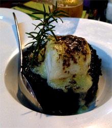 El arroz negro con taco de bacalao de la taberna El Bocadito de Costa Teguise