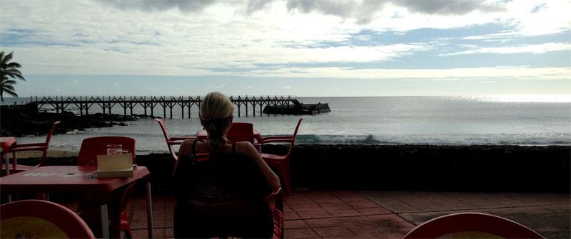 Contemplando el mar en la playa de La Garita de Arrieta (Lanzarote)