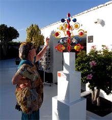 Turista deslumbrada por juguete del viento de César Manrique