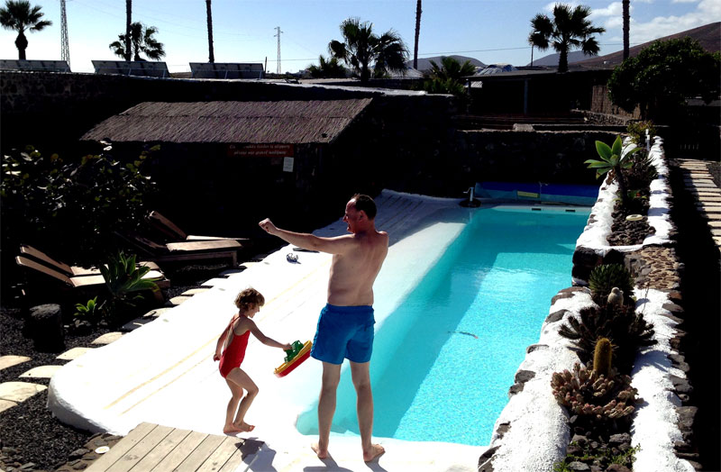 Juegos con niños en la casita rural de Finca de Arrieta (Lanzarote)