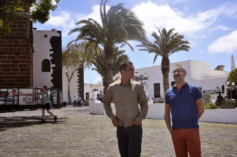 Con el autor de Rubicón, paseando por Teguise