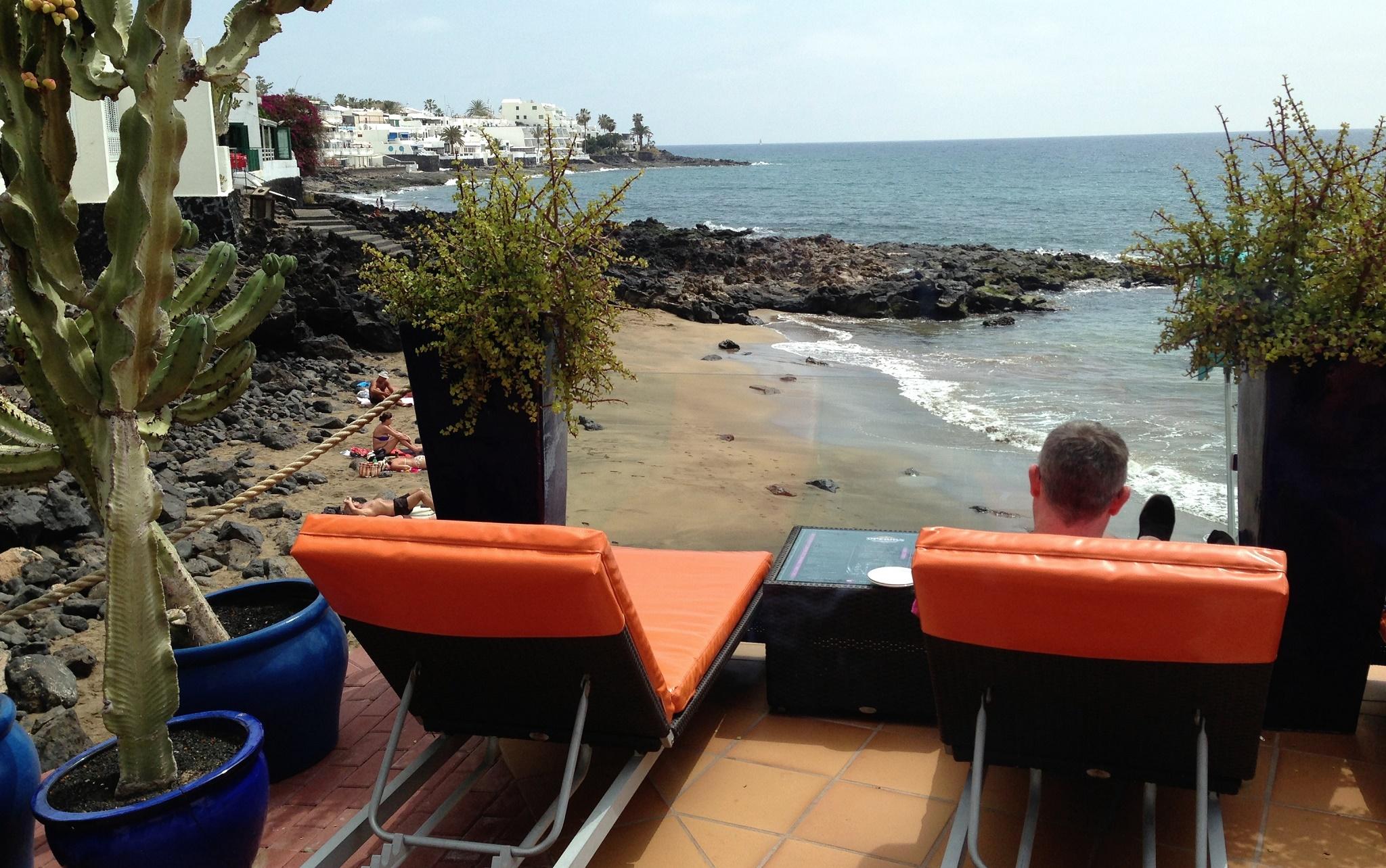 En la terraza Dreams, a un paso de las calitas de La Peñita