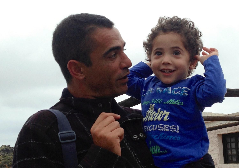 Niño escuchando el cacareo de las gallinas en Las Pardelas Park de Órzola, Lanzarote
