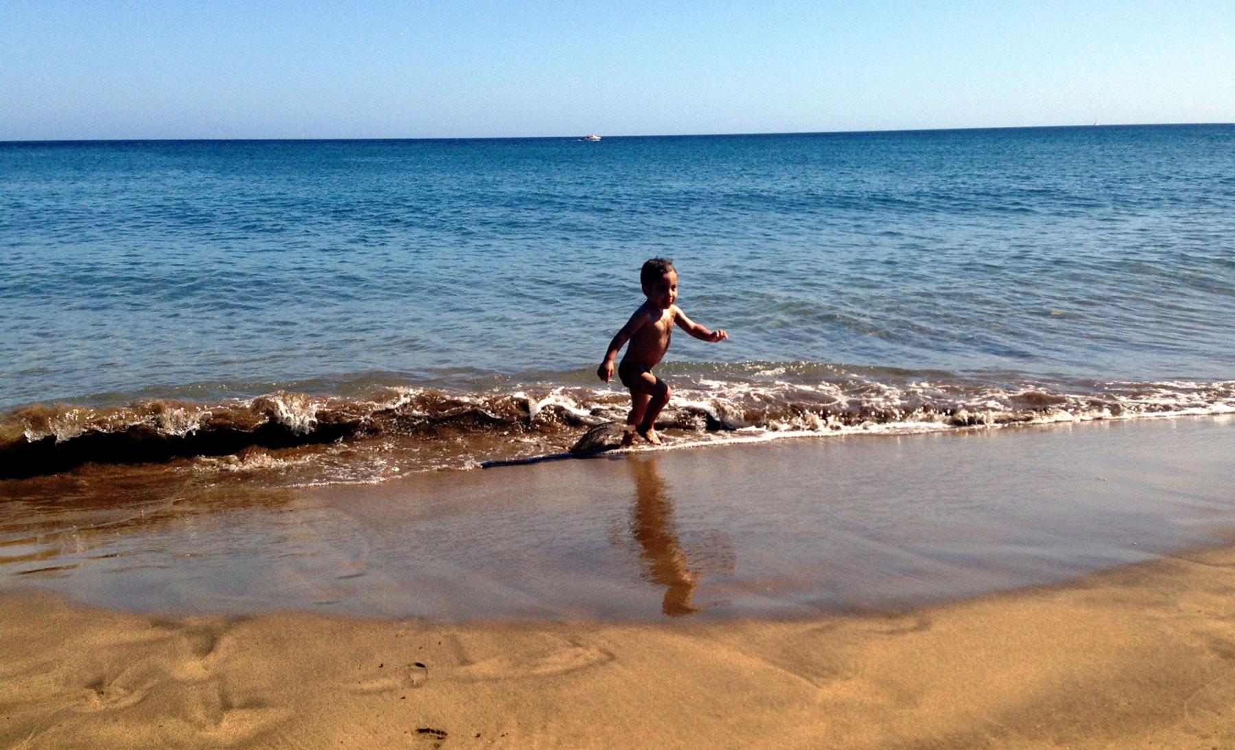 Jugando en la orilla de la playa