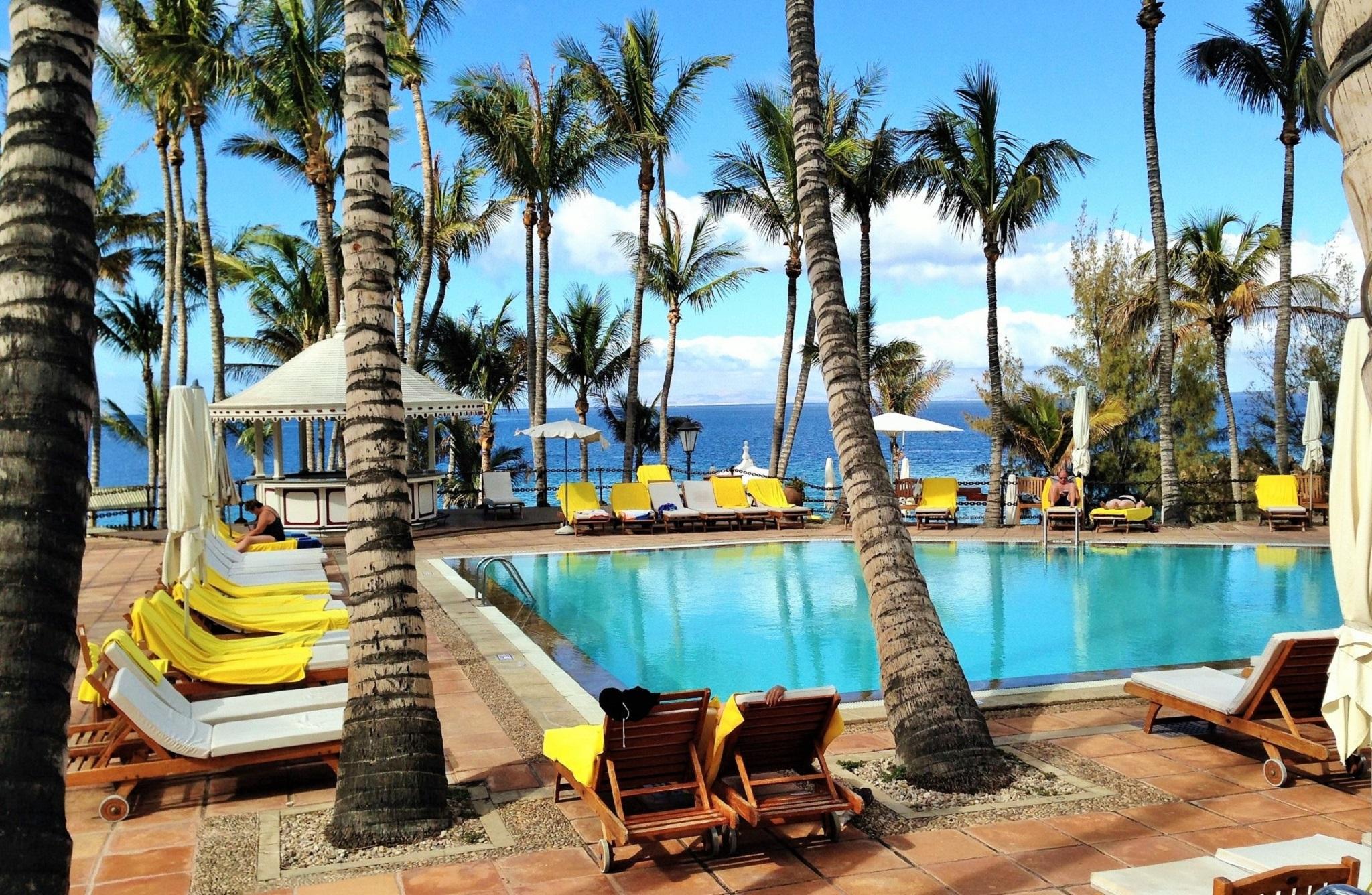 Jardín-piscina del hotel Los Fariones de Puerto del Carmen, Lanzarote
