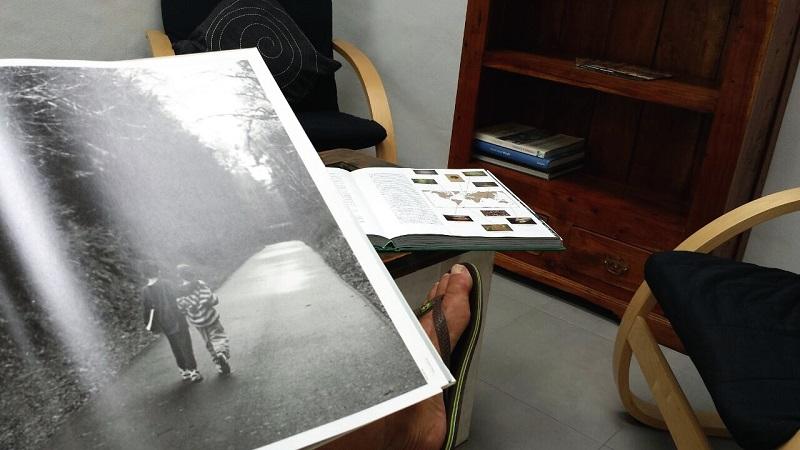 Leyendo en el antiguo aljibe de la casa, hoy biblioteca