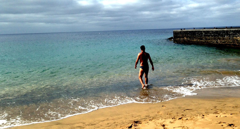 Bañazo en playa Grande, Puerto del Carmen, tras correr por la orilla