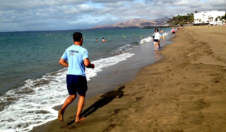 Jogging por la mañana en Playa Grande, Puerto del Carmen, Lanzarote