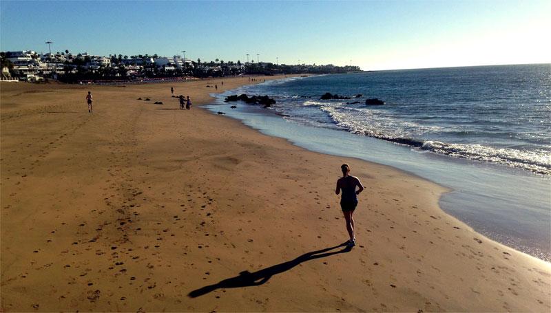 Corriendo en enero en playa Grande (Puerto del Carmen, Lanzarote) con la brisa marina