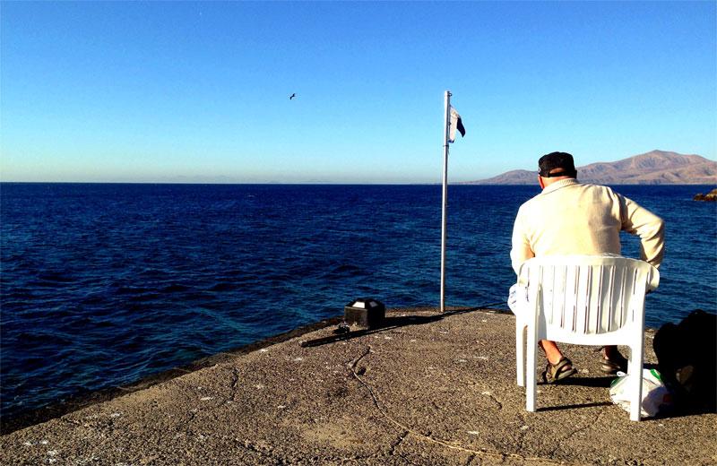 Pescando en el muelle del hotel Los Fariones
