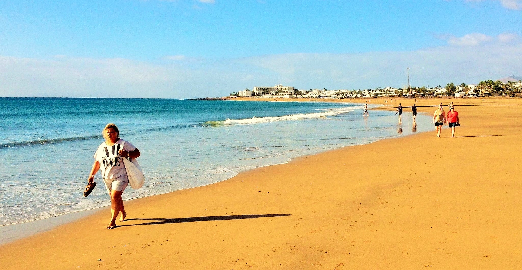 Paseo por la mañana en la playa de Los Pocillos de Puerto del Carmen, Lanzarote