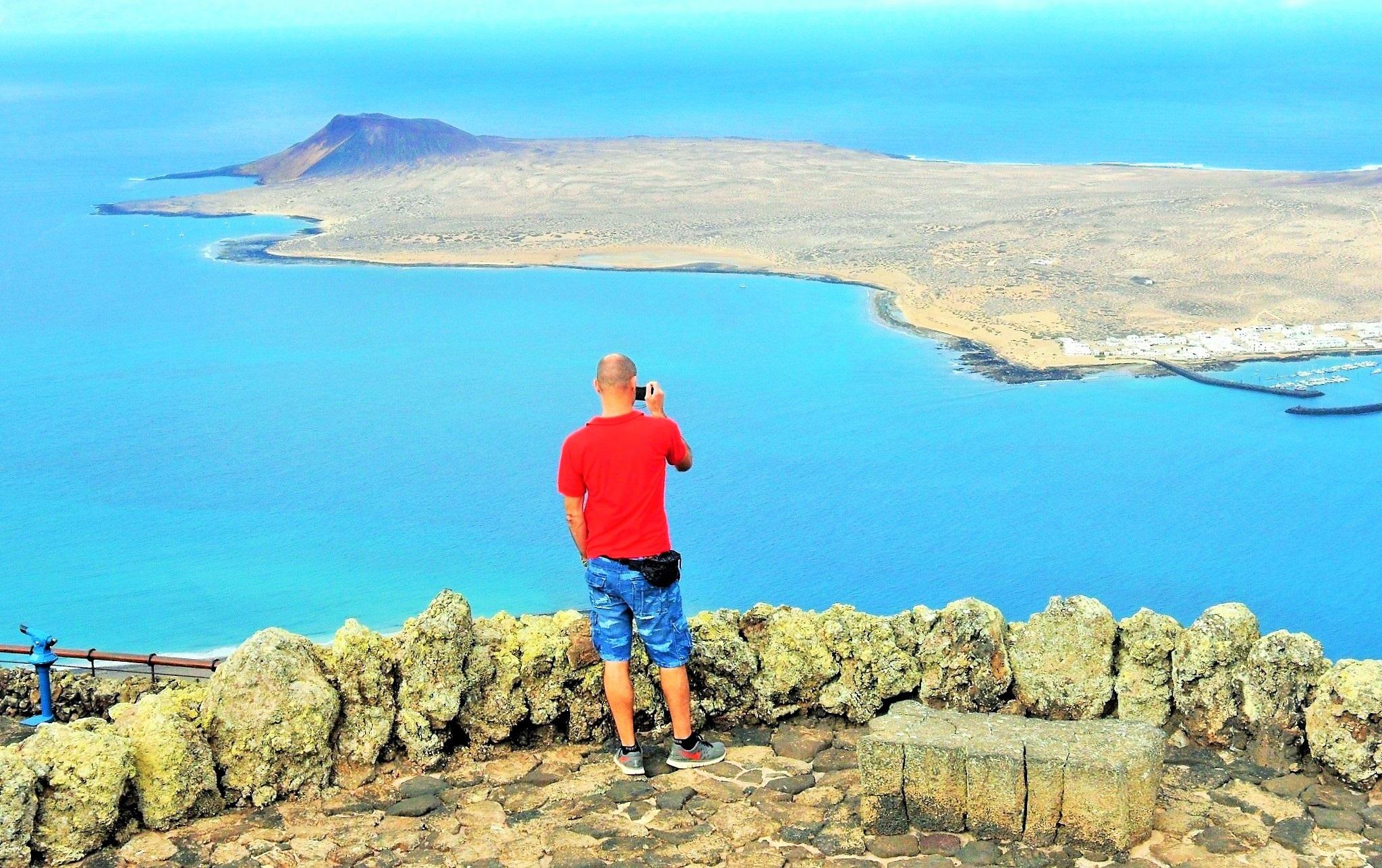 Turista mirando el Río, Mirador del Río, César Manrique, Lanzarote