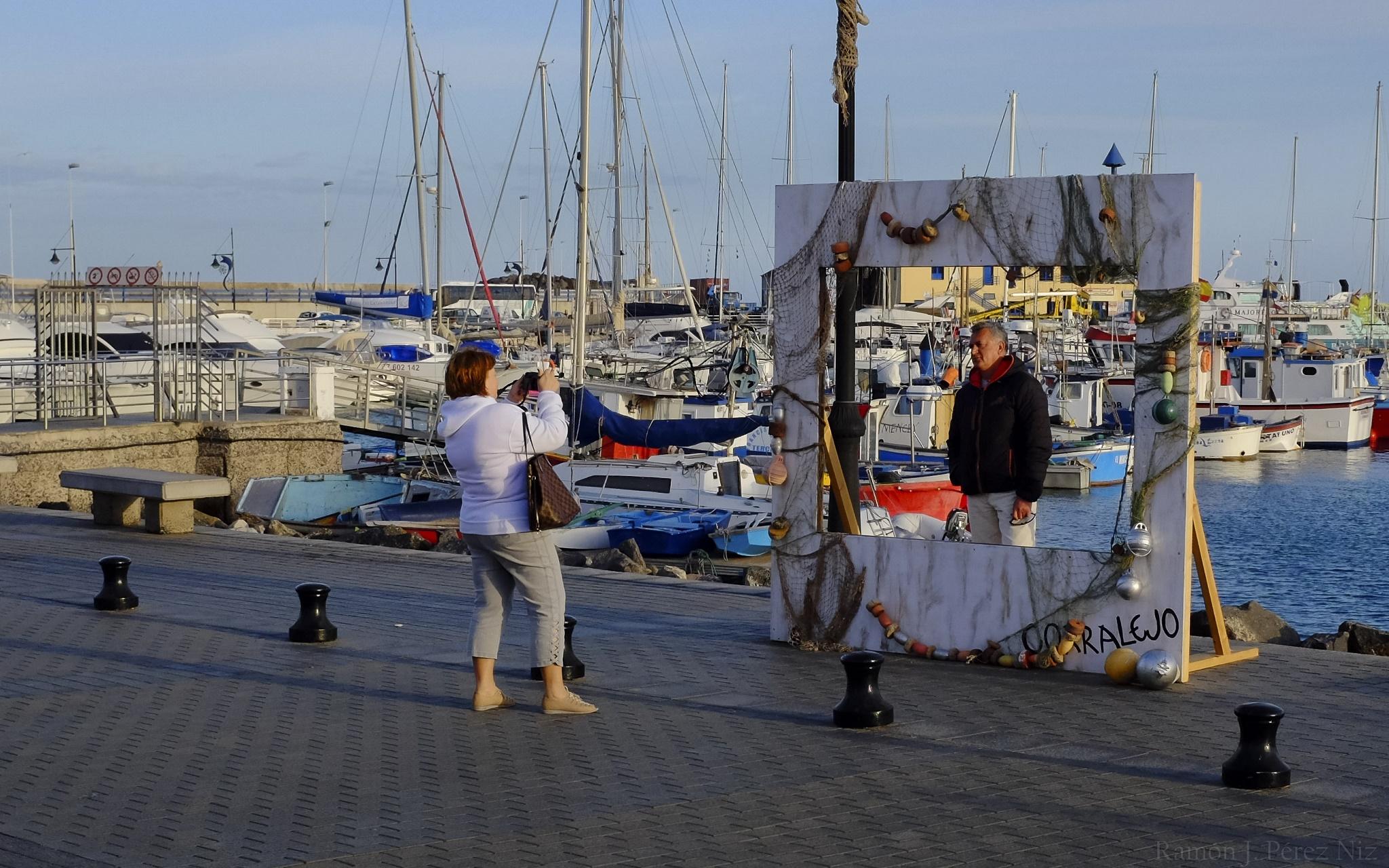 Turistas posando en Photo Call de Corralejo, Fuerteventura