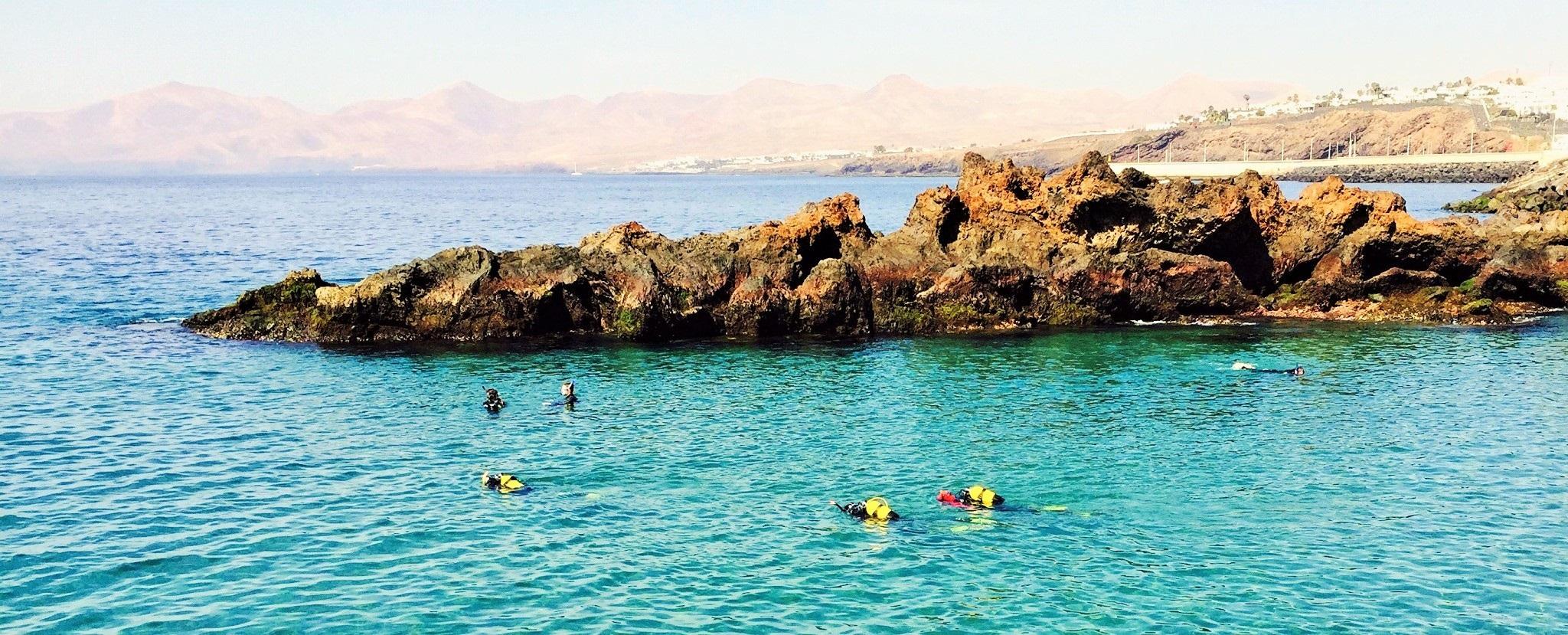 Submarinistas volando...bajo el agua en Puerto del Carmen, Lanzarote