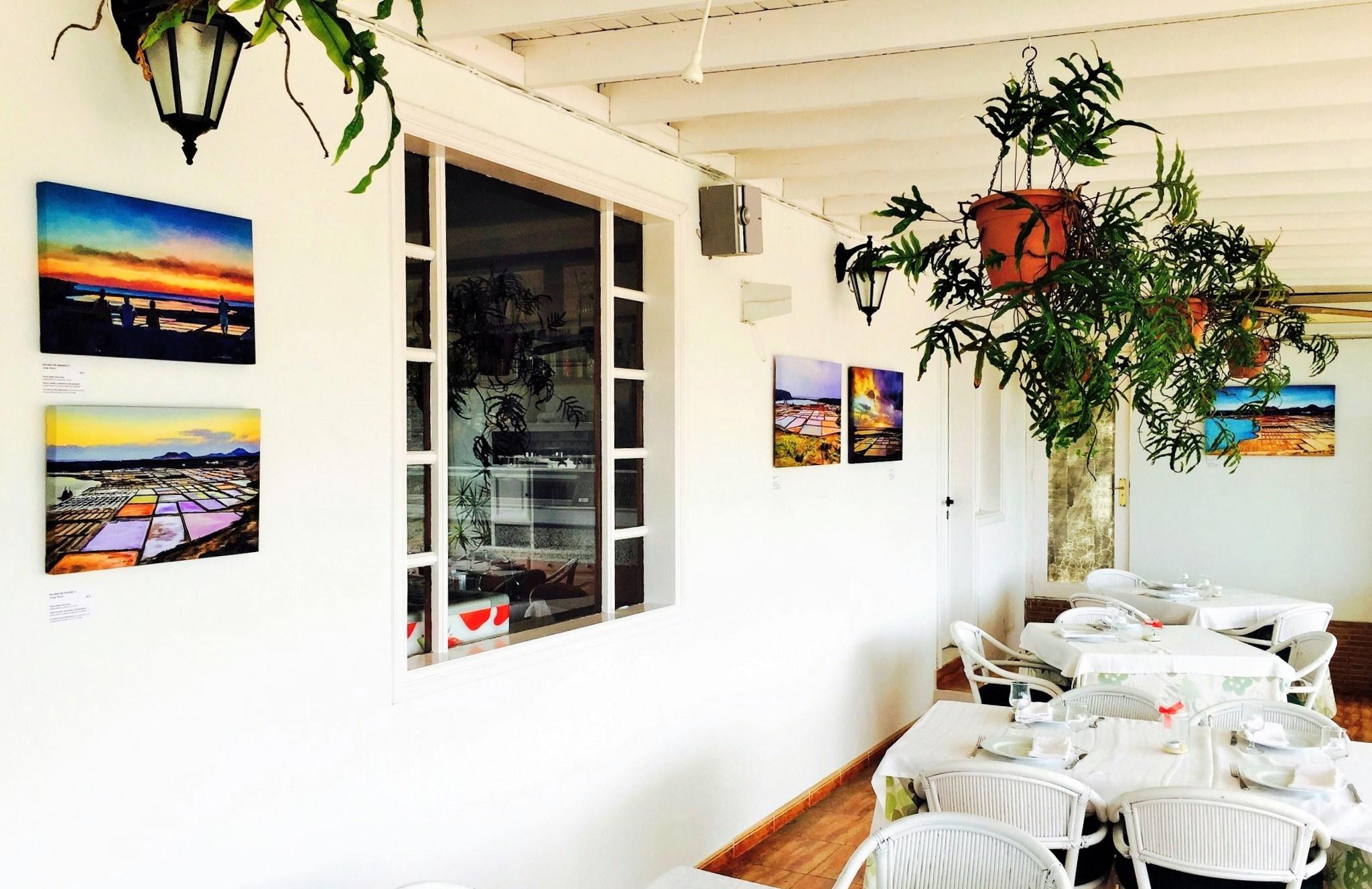 Pinturas de Jorge Marsá decorando el restaurante Mirador Las Salinas