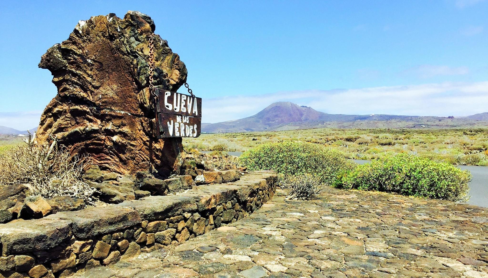 La Cueva de los Verdes y el Volcán de la Corona
