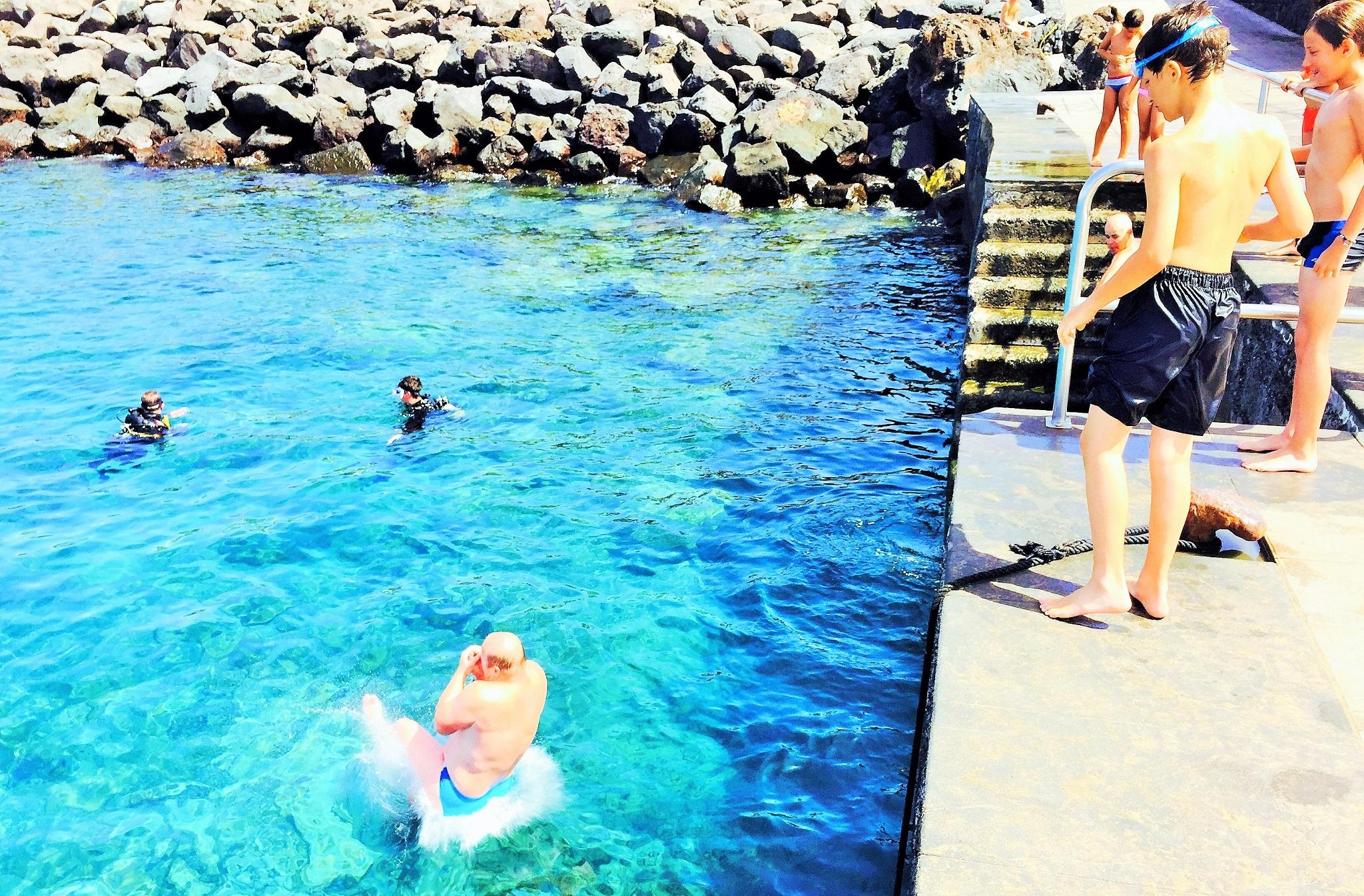 Marty entrando al agua de manera aparatosa