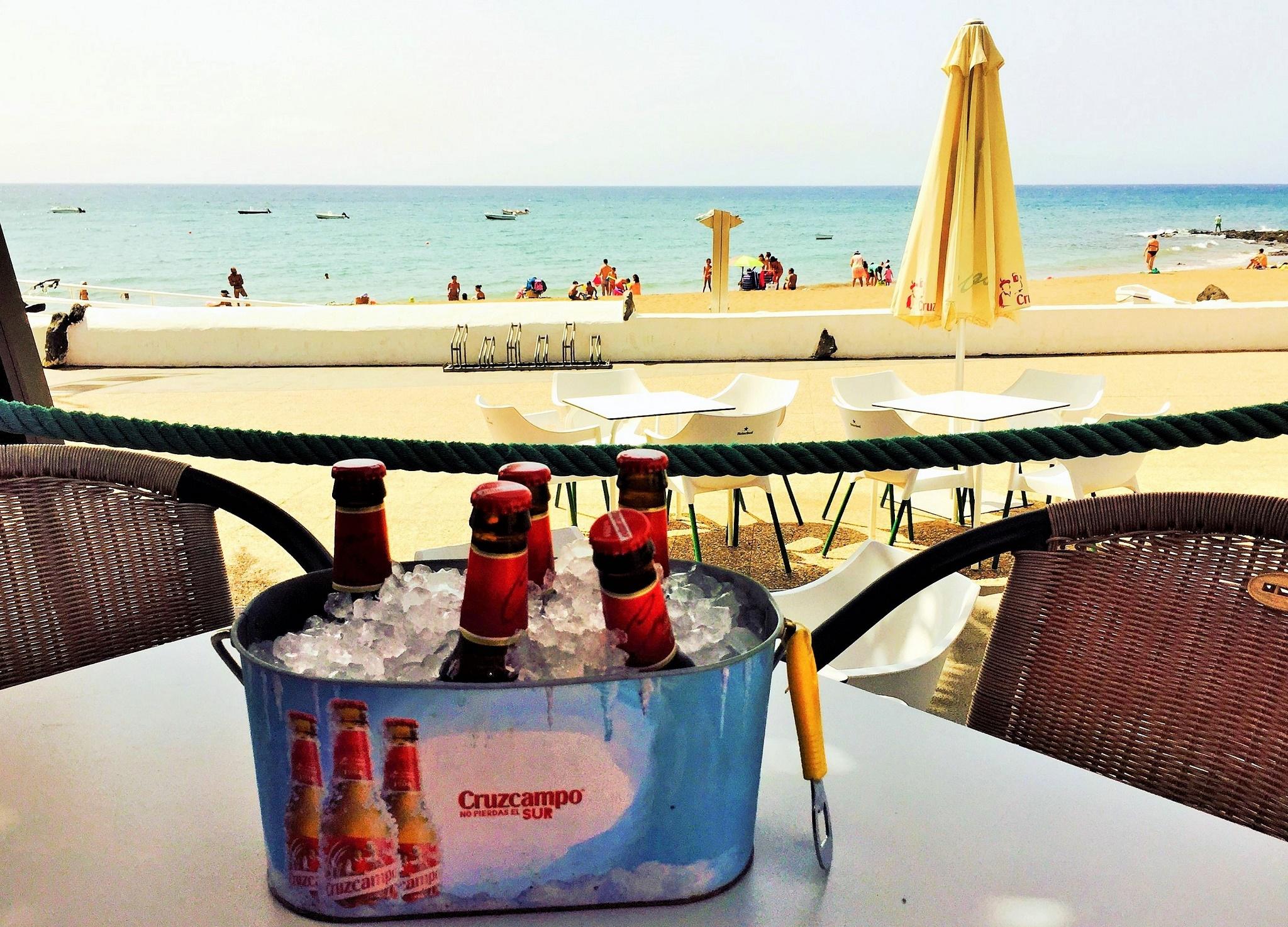 Aperitivo antes de comer en La Marea de Playa Honda.
