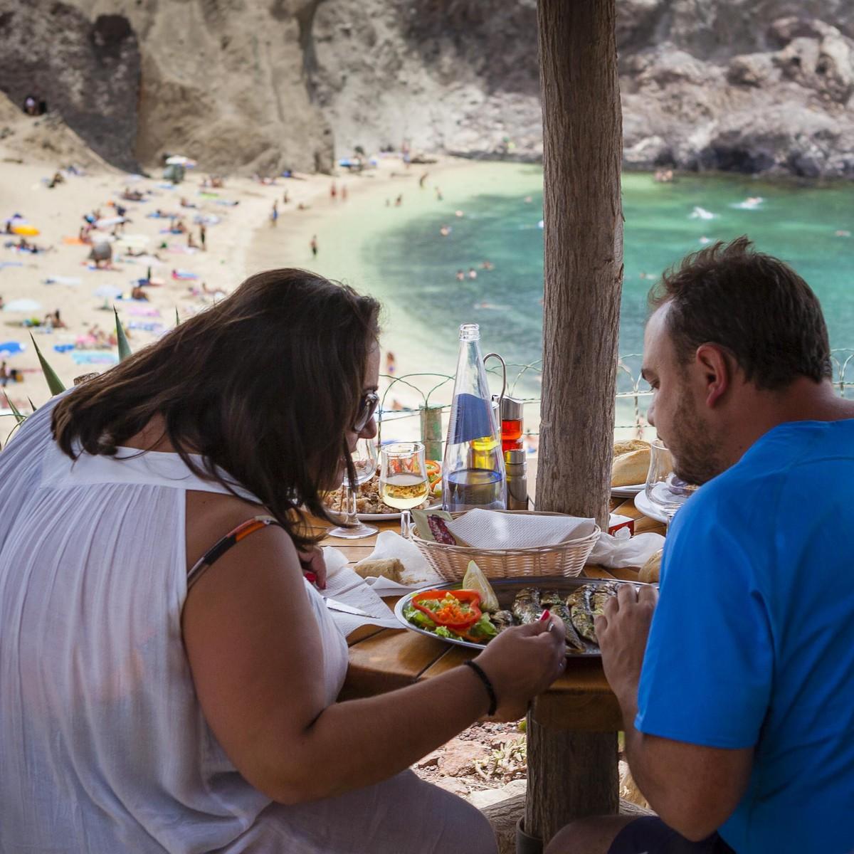 Después del baño comer en el chiringuito localizado en la loma de la playa.