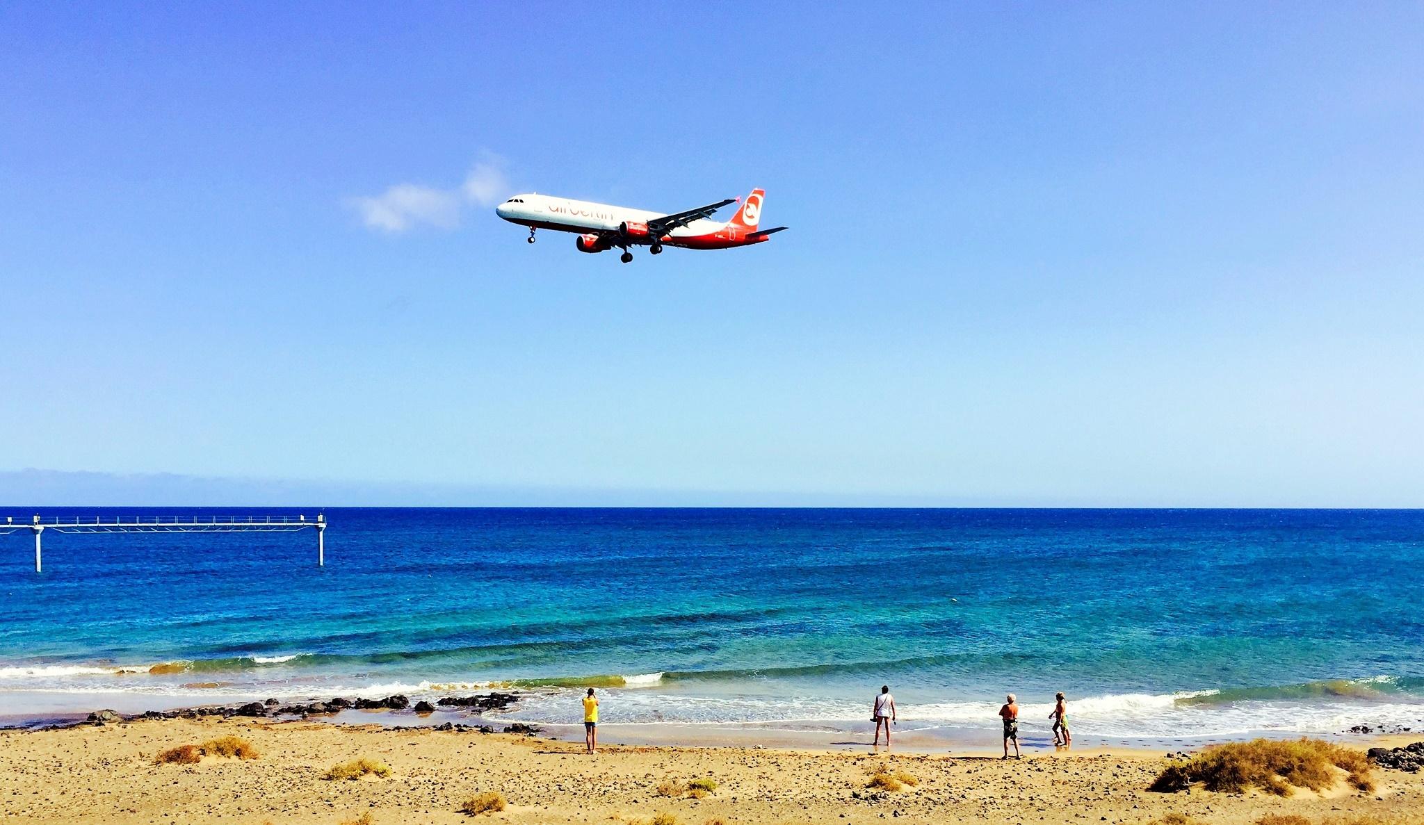 Avión y paseantes