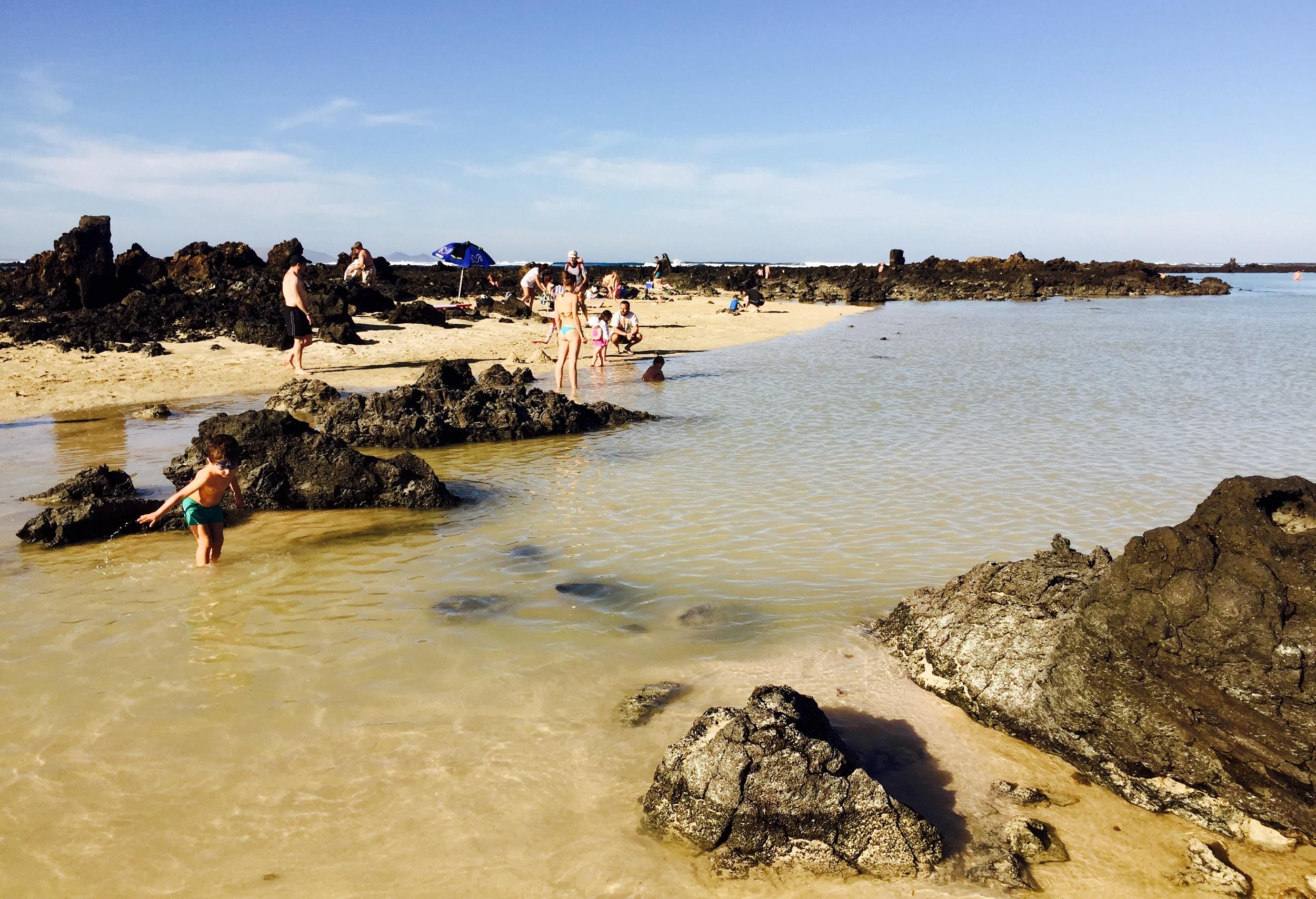 En la orilla del Caletón Blanco, playas de Lanzarote