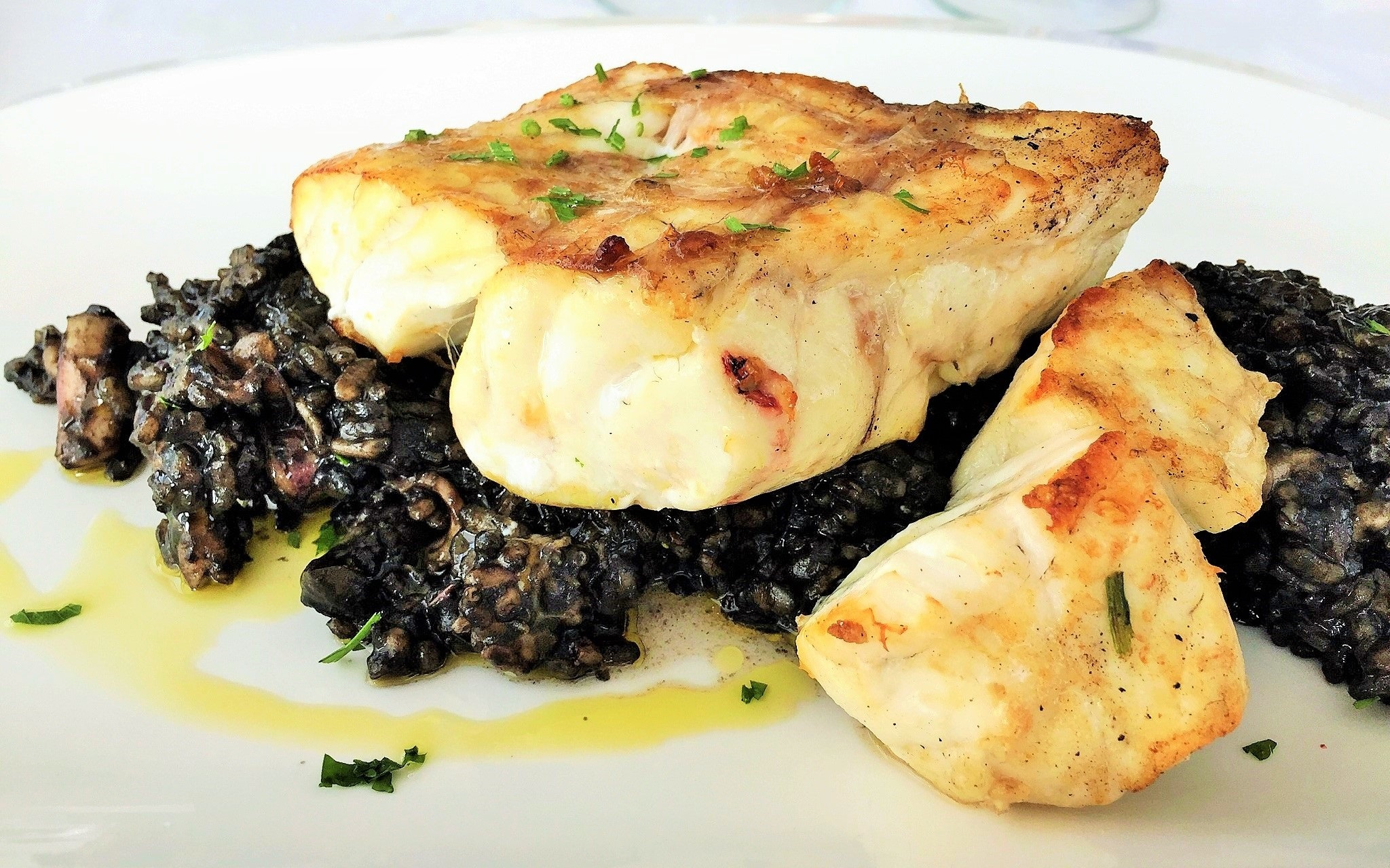 Cherne sobre arroz negro del restaurante Mirador Las Salinas