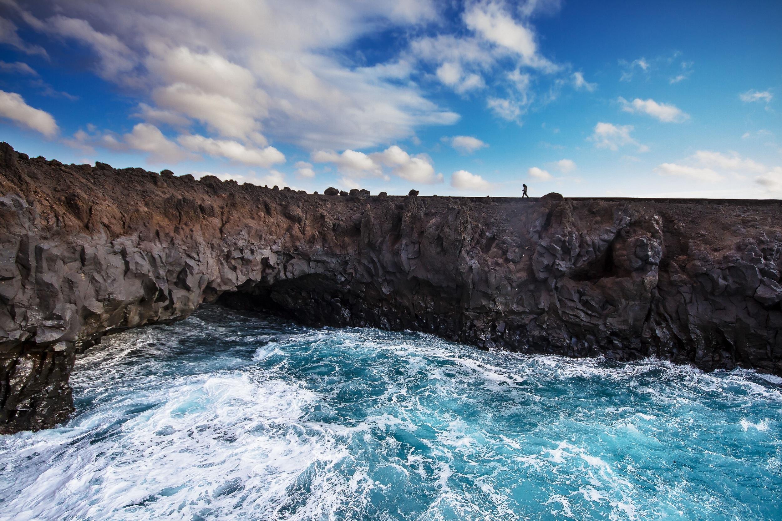 ...en dirección a los acantilados de lava volcánica de Los Hervideros