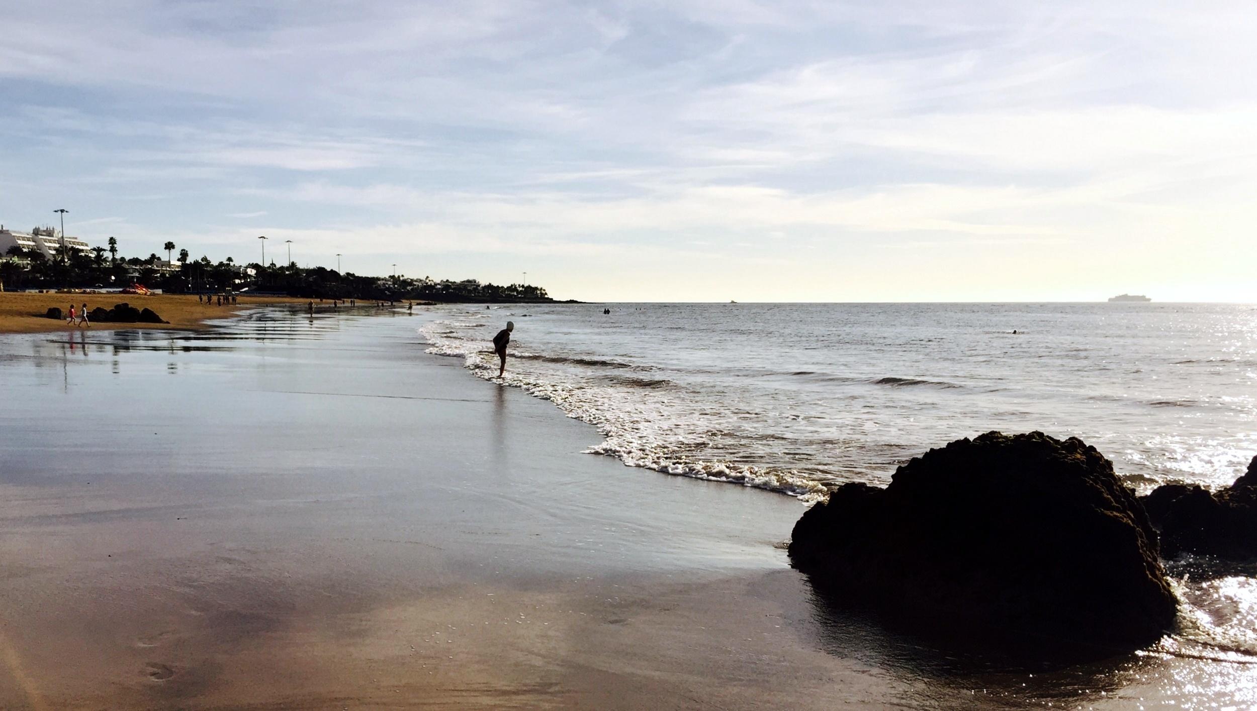 La dama aprisa hacia el mar
