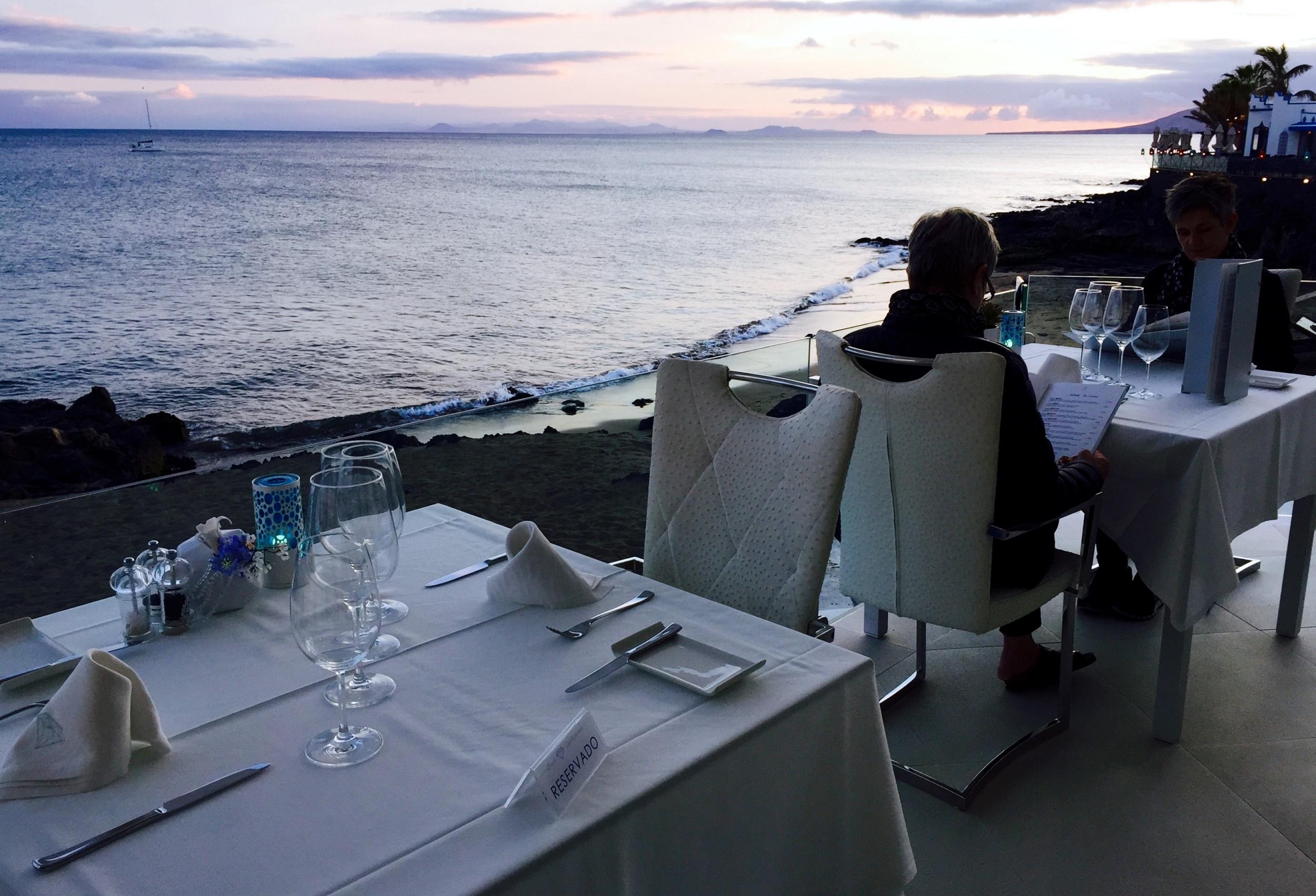 Cenando en la orilla