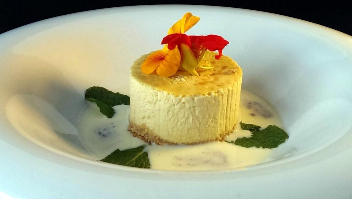 Tarta de queso de cabra con sopa de chocolate blanco y queso