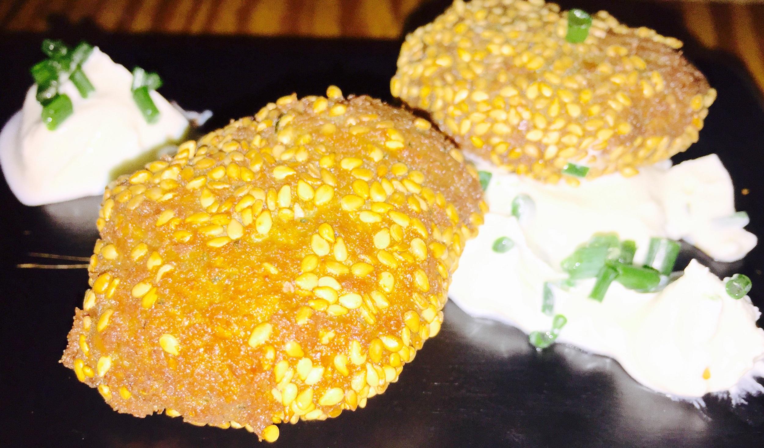 Falafel de garbanzos con salsa de yogur y chupito de salmorejo con queso y aceite de perejil