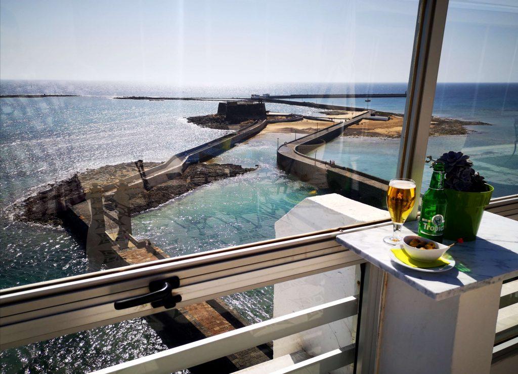 Sexta planta del Hotel Miramar, Arrecife de Lanzarote.   Vistas al conjunto histórico de la capital de Lanzarote, el Puente de las Bolas y el Castillo de San Gabriel.
